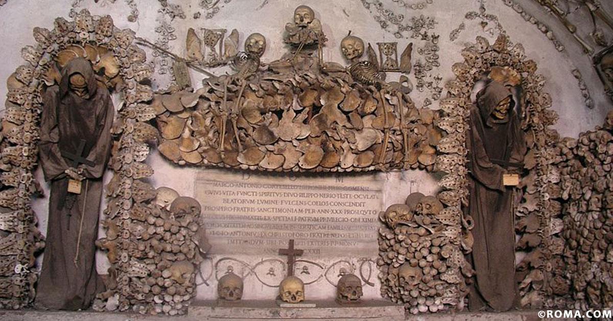 La cripta dei cappuccini fra ossa e teschi